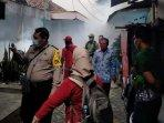 petugas-melakukan-fogging-untuk-mengantisipasi-penyebaran-kasus-chikungunya-di-kota-kediri.jpg
