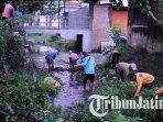 petugas-melakukan-pembersihan-saluran-sungai-yang-bermuara-di-sungai-brantas-kota-kediri.jpg