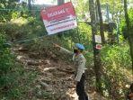 petugas-melakukan-penutupan-pada-akses-jalan-masuk-ke-gunung-klotok.jpg