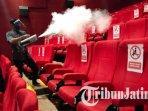 petugas-melakukan-sterilisasi-tempat-duduk-pengunjung-bioskop-movimax-mall-dinoyo-city-kota-malang.jpg
