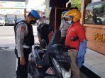 petugas-memeriksa-kendaraan-tamu-di-pos-penjagaan-polres-blitar-kota-kamis-142021.jpg