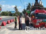 petugas-memeriksa-penumpang-kendaraan-di-pos-check-poin-jalur-pantura-tuban-ilustrasi-penyekatan.jpg