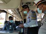 petugas-memeriksa-syarat-perjalanan-penumpang-bus-jarak-jauh-di-terminal.jpg