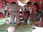 petugas-menemukan-dua-jerigen-tuwak-berisi-20-liter-di-sebuah-warung-kopi-di-desa-boteng.jpg