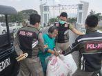 petugas-mengamankan-seorang-kakek-yang-membuang-sampah-di-atas-jembatan-brawijaya.jpg