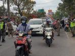 petugas-mengatur-lalu-lintas-di-lokasi-pembagian-telur-gratis-di-kota-blitar.jpg