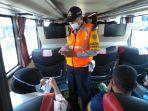 petugas-mengecek-kartu-vaksin-dan-surat-hasil-tes-swab-penumpang-bus.jpg