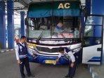 petugas-mengecek-sejumlah-armada-bus-di-terminal-kertajaya-magersari-kota-mojokerto.jpg