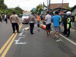 petugas-mengevakuasi-jenazah-korban-kecelakaan-yang-tewas-terlindas-truk-di-jalan-raya-sidomulyo.jpg