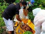 petugas-mengevakuasi-jenazah-pria-yang-ditemukan-tergeletak-di-kebun-singkong-di-sidoarjo.jpg