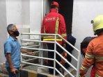petugas-mengevakuasi-jenazah-teknisi-tewas-terjepit-lift-di-hotel-kota-malang1.jpg