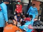 petugas-mengevakuasi-jenazah-yang-ditemukan-di-pinggir-jalan-raya-dusun-kraton-kabupaten-mojokerto.jpg