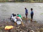 petugas-mengevakuasi-jenazah-yang-ditemukan-di-sungai-brantas-dusun-karangarum-tulungagung.jpg