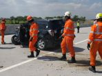 petugas-mengevakuasi-korban-kecelakaan-tunggal-di-jalan-tol-ngawi_20180612_163234.jpg