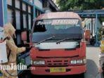 petugas-menyemprotkan-disinfektan-ke-badan-dalam-bus-dan-kendaraan-mpu-di-lamongan.jpg