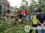 petugas-pbd-dibantu-polisi-dan-warga-membersihkan-pohon-tumbang-di-kota-blitar.jpg
