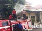 petugas-pemadam-kebakaran-berusaha-memadamkan-kobaran-api-di-atap-masjid-di-mapolres-situbondo.jpg