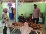 petugas-polsek-mendatangi-rumah-lani-62-korban-tersetrum-listrik-di-sawah-desa-sokosari.jpg