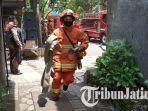 petugas-romy-sableng-pmk-surabaya-saat-datangi-lokasi-simulasi-kebakaran.jpg