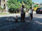 petugas-saat-mengecek-ke-lokasi-kecelakaan-di-jalan-raya-plakaran-madura-jumat-3042021.jpg
