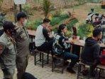 petugas-satpol-pp-kota-batu-mendatangi-sejumlah-warga-yang-berkerumun-di-kafe.jpg