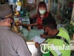petugas-satpol-pp-menindak-pelanggar-protokol-kesehatan-di-salon-yang-berada-di-kota-mojokerto.jpg