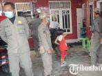 petugas-satpol-pp-tuban-saat-menggrebek-lokasi-terapis-di-kelurahan-latsari.jpg