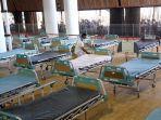 petugas-sedang-menyiapkan-bed-di-rs-darurat-lapangan-tembak.jpg