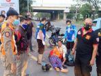 petugas-tgc-surabaya-mengevakuasi-korban-jambret-di-margomulyo-jumat-kemarin.jpg
