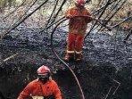 petugas-upt-damkar-kota-kediri-melakukan-pemadaman-kebakaran-yang-terjadi-di-musim-kemarau.jpg