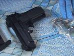 pistol-mainan-dan-peluru-aktif-yang-ditemukan-di-trenggalek-senin-25112019.jpg