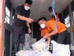 pj-bupati-sidoarjo-hudiyono-saat-membagikan-bantuan-untuk-korban-banjir-di-desa-kalipecabean.jpg
