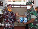 plt-wali-kota-blitar-santoso-beri-bantuan-masker.jpg