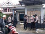 polisi-berjaga-di-tkp-penangkapan-seseorang-oleh-densus-88.jpg