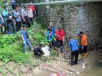 polisi-bersama-relawan-mengevakuasi-jasad-bocah-laki-laki-ditemukan-dibawah-jembatan-dasar-sungai.jpg