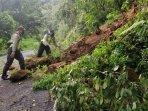 polisi-dan-relawan-membersihkan-material-tebing-longsor-di-batu-cangar-pacet-mojokerto.jpg