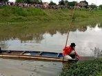 polisi-dibantu-warga-mengevakuasi-jenazah-tanpa-identitas-dari-sungai-ngrowo-tulungagung.jpg