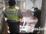 polisi-melakukan-olah-tkp-lokasi-penemuan-mayat-dengan-luka-sadis-di-desa-manjung.jpg