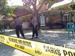 polisi-memasang-garis-polisi-di-kantor-kecamatan-torjun-sampang-saat-rekapitulasi-surat-suara.jpg