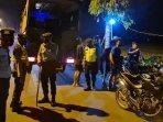 polisi-membubarkan-aksi-balap-liar-di-jalan-soekarno-hatta-tuban.jpg