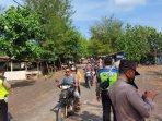 polisi-membubarkan-wisatawan-di-pantai-dampar-lumajang.jpg