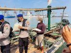 polisi-menyalurkan-bantuan-beras-selama-ppkm-kepada-nelayan.jpg