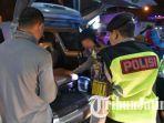 polisi-merazia-setiap-kendaraan-yang-melintas-di-lamongan-kamis-2762019.jpg