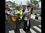 polisi-ngamen-bantu-pengungsi-gunung-agung_20170925_082850.jpg