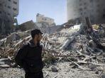 polisi-palestina-berdiri-di-depan-reruntuhan-jala-tower.jpg