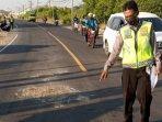 polisi-saat-melakukan-olah-tkp-kecelakaan-maut-tepatnya-di-jalan-raya-desa-banyutami-manyar.jpg