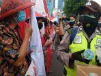 polisi-saat-membagikan-air-mineral-kepada-demonstran.jpg