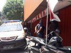 polisi-saat-mendatangi-showroom-mobil-yang-baru-saja-kemalingan-di-jalan-kertajaya-152-surabaya.jpg