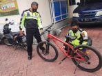 polisi-saat-mengamankan-sepeda-pancal-korban-yang-tergeletak-di-jalan.jpg