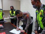polisi-surabaya-tandatangani-pakta-integritas.jpg